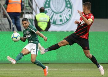 O jogador Dudu, da SE Palmeiras, em jogo contra a equipe do C Athletico Paranaense, durante partida valida pela oitava rodada, do Campeonato Brasileiro, Série A, na Arena Allianz Parque.