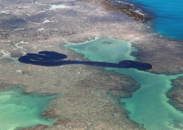 Vista geral de um derramamento de óleo na praia de Peroba em Maragogi, estado de Alagoas, Brasil,  outubro de 2019. Foto tirada em 17 de outubro de 2019. REUTERS / Diego Nigro