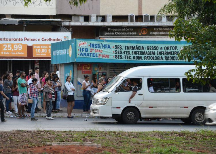 Na volta para casa, após a prova, candidatos lotaram as paradas a espera de ônibus ou fizeram uso de transporte pirata (Elza Fiuza/Agência Brasil)