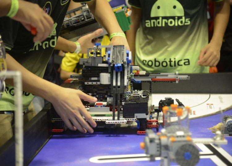 Estudantes de diversos estados do país participam do Torneio Sesi de Robótica no Píer Mauá, na zona portuária da capital fluminense
