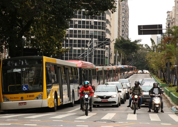 Ônibus estacionados no viaduto Nove de Julho, durante a paralização dos motoristas e cobradores de ônibus na capita paulista