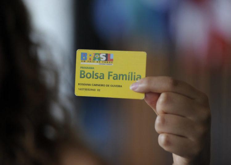 BIE - Banco de imagens externas - Está pronto para ser votado pela Comissão de Assuntos Econômicos (CAE) projeto de lei que visa a incentivar a contratação de beneficiários do Bolsa Família por empresas. De autoria do senador licenciado Alvaro Dias (PSDB-PR), a matéria tem parecer favorável, com uma emenda, do relator, senador Ciro Nogueira (PP-PI). O Projeto de Lei do Senado (PLS) 433/2008 permite que a pessoa jurídica que contratar beneficiário do Programa Bolsa Família possa deduzir valor equivalente ao benefício do Bolsa Família da contribuição patronal devida à Seguridade Social. A proposição também prevê que, necessariamente, o empregado tenha o benefício suspenso durante todo o período em que durar seu vínculo com a empresa.   Foto: Jefferson Rudy/Agência Senado