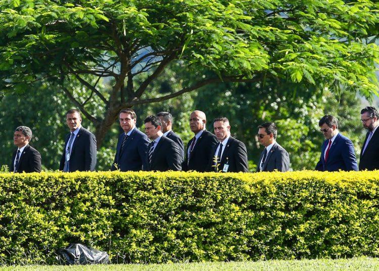 O presidente Jair Bolsonaro e ministros de estado participam de hasteamento da bandeira em frente ao Palácio da Alvorada.