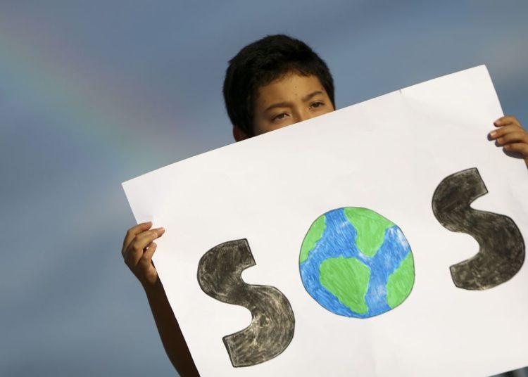 Estudantes fazem ato reivindicando a adoção de ações para melhoria do clima, na Praça dos Três Poderes, em Brasília.