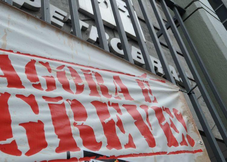 Rio de Janeiro - Faixas de greve colocadas na sede da Petrobras, no centro da cidade, durante paralisação de petroleiros em vários estados reivindicando 10% de reajuste salarial (Fernando Frazão/Agência Brasil)