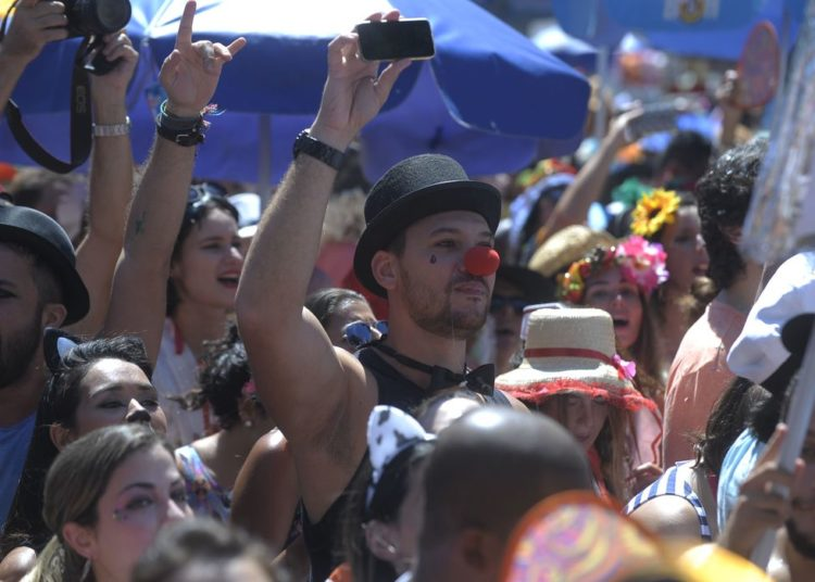 Rio de Janeiro - Foliões agitam o bloco de rua Fogo e Paixão no Largo de São Francisco, no centro do Rio (Tomaz Silva/Agência Brasil)