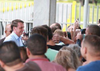 O presidente Jair Bolsonaro conversa com turistas no Palácio da Alvorada.