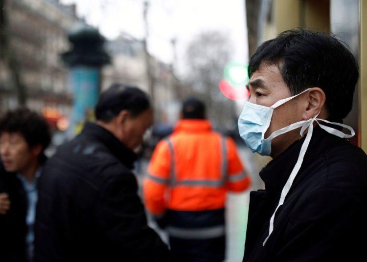 Um turista usa uma máscara protetora em frente à loja de departamentos Galeries Lafayette, em Paris, quando o país é atingido pelo novo coronavírus, na França, em 30 de janeiro de 2020.