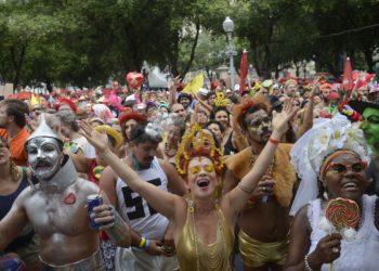 Foliões curtem o Baile Multicultural do Cordão do Boitatá, na Praça XV