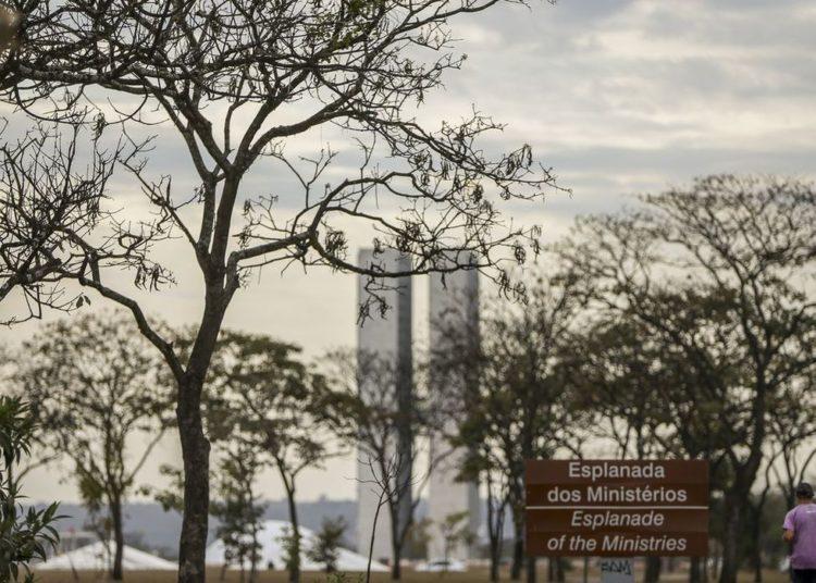 A Defesa Civil declarou estado de alerta no Distrito Federal por causa da baixa umidade do ar que ficou entre 12 e 20% esta semana.