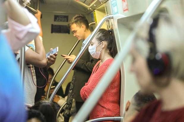 Jessica Braga, 27, (blusa vermelha), assistente financeira, usa máscara na Estação Consolação do Metrô, linha verde, na Avenida Paulista, centro de São Paulo Foto: DANIEL TEIXEIRA / Estadão Conteúdo