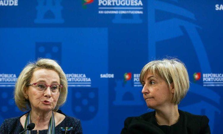A diretora-geral da Saúde, Graça Freitas (à esquerda) e a ministra da Saúde, Marta Temido, na conferência de imprensa de sábado em que afirmaram que as medidas de contingência seriam adaptadas dia a dia consoante a evolução da epidemia.  ©Nuno Fox/Lusa