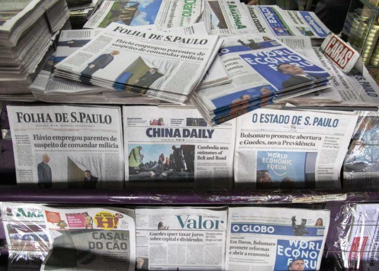 Jornais impressos expostos na banca da rodoviária. 23-01-209. Foto: Sérgio Lima/PODER 360