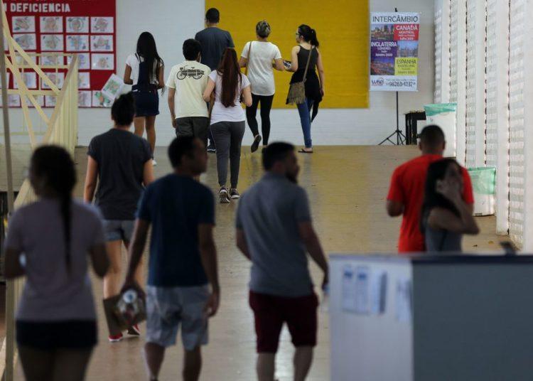 Candidatos fazem provas do Enem neste domingo no Centro de Ensino Médio Elefante Branco
