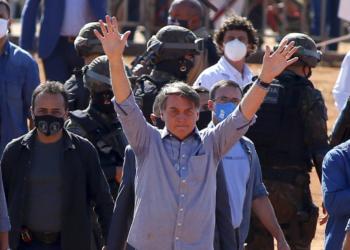 Presidente Jair Bolsonaro tropeça, cai e apoia com as mãos no chão, após cumprimentar militares do Corpo de Bombeiros do Estado de Goiáis, antes da inauguração do hospital de Campanha em Águas Lindas de Goiáis. Sérgio Lima/Poder360 05.06.2020
