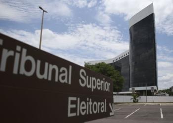 O TSE aumentou o esquema de segurança para acessar o prédio do tribunal neste domingo