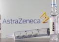 um tubo de ensaio etiquetado com a vacina é visto na frente do logotipo da AstraZeneca. REUTERS/Dado Ruvic/Illustration/File Photo